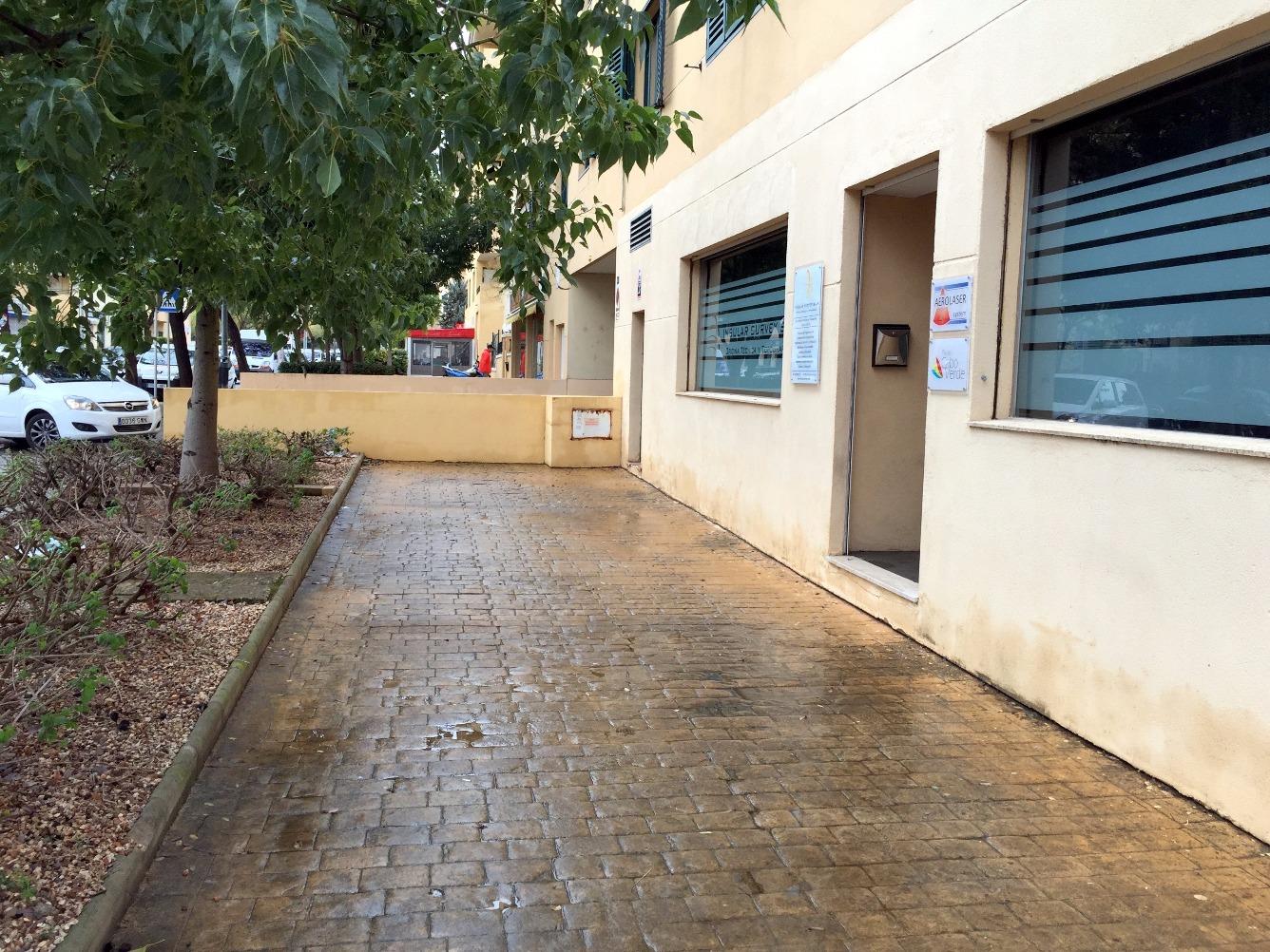Local comercial en planta baja , zona de la Policlinica, residencial con comercios.