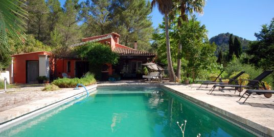 Casa en Son Net, a 3 km de Puigpunynent, rodeada pinar, olivos y encinas.