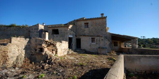 Casa con carácter a reformar en la encantadora aldea de Marratxinet, muy próxima al pueblo de Santa Maria del Cami y La Cabaneta.