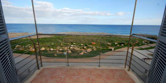 Apartamento en primera linea del mar , junto a la playa, con magnificas vistas. ideal para disfrutar del mar y el sol de Mallorca.