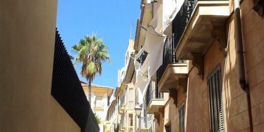Vivienda tradicional mallorquina en planta primera de en edificio singular con patio típico y con mucho carácter. En pleno Casco antiguo de la ciudad de Palma en Mallorca.