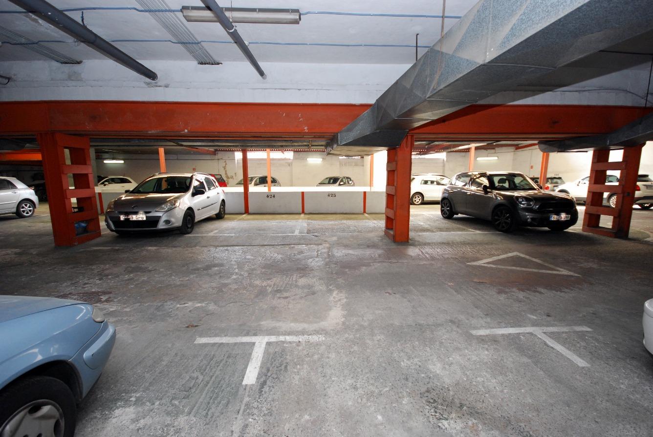Plaza de aparcamiento en planta a nivel de calle en la zona de las Avenidas en Palma.
