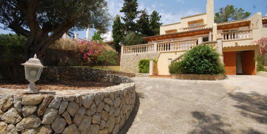 Chalet familiar en Santa Ponsa , muy próximo al Club náutico, zona residencial muy tranquila a 200 m2 aprox. de la playa.