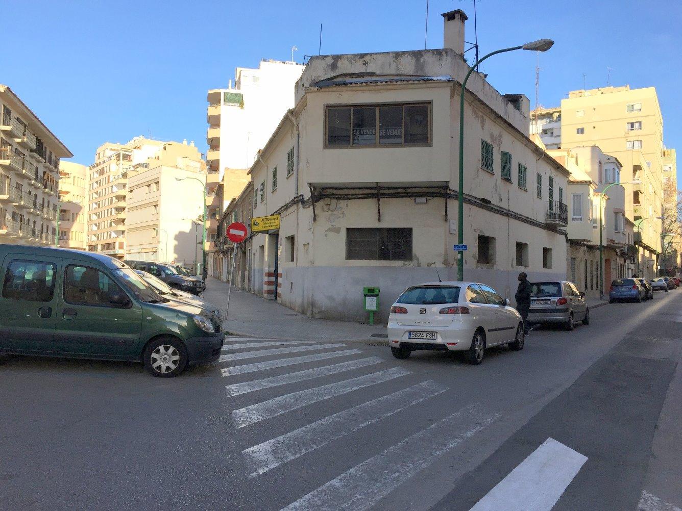 Edificio ubicado una parcela que hace chaflán entre las calles Foners , principal y calle Tomas Forteza. Muy buena orientación, ubicado en zona de edificación residencial plurifamiliar.