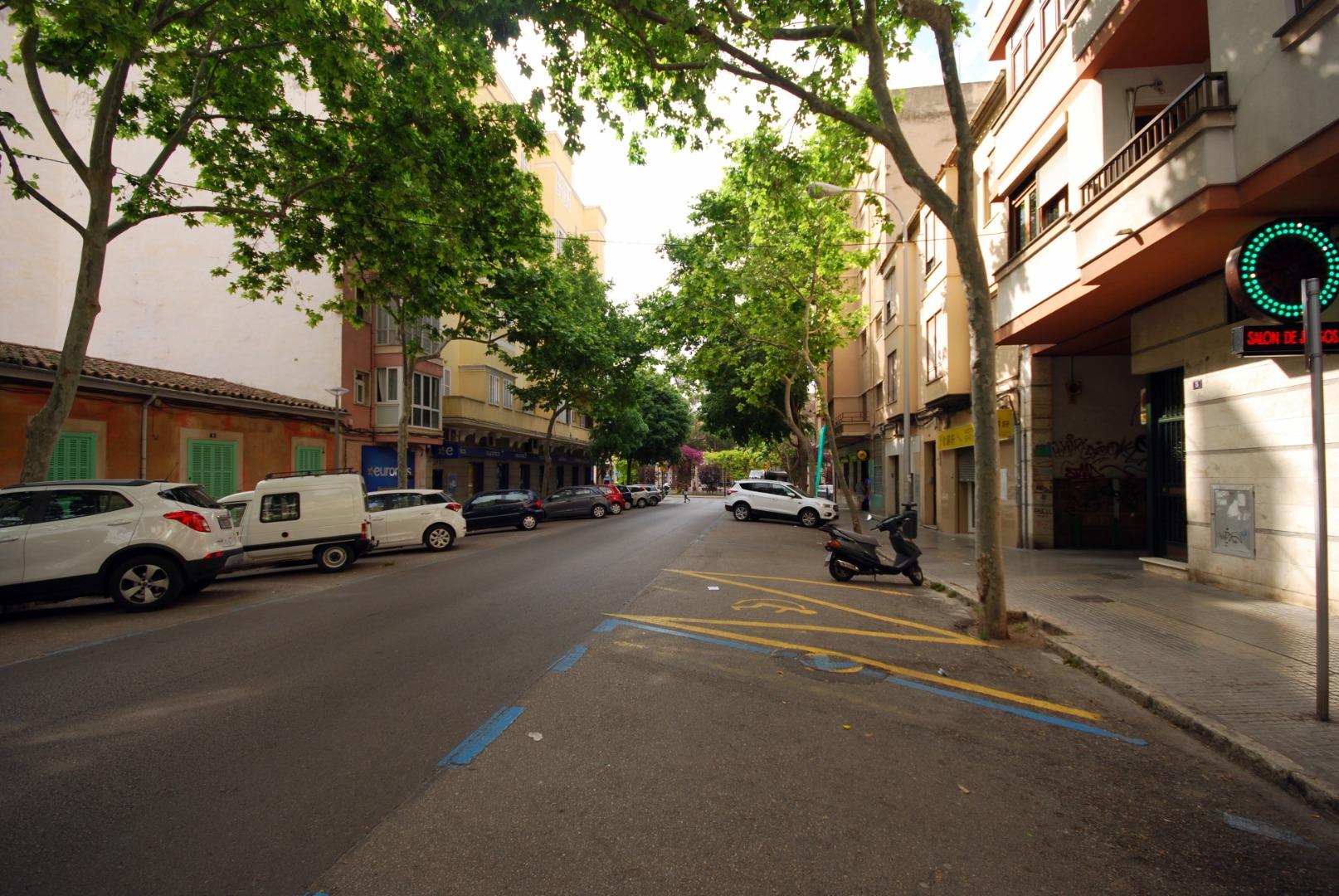 Aparcamiento a pie de calle, muy prox, avenidas, zona Nuredduna , junto a la plaza de las Columnas.