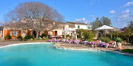 Casa rustica en parcela de unos 5.000m2 con piscina y licencia para alquiler vacacional en vigor.