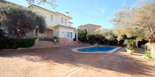 Chalet unifamiliar con jardín y piscina en la zona residencial tranquila y familiar de Sa Torre, con vistas panorámicas al mar.