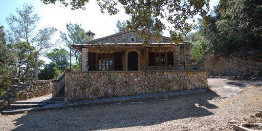Casa rustica de piedra con terreno, carácter y encanto en plena Serra de Tramuntana