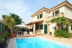 Chalet unifamiliar con piscina y jardín en la zona de Ses Cases Noves- Cas Maiot. Cómodo , amplio y muy familiar.