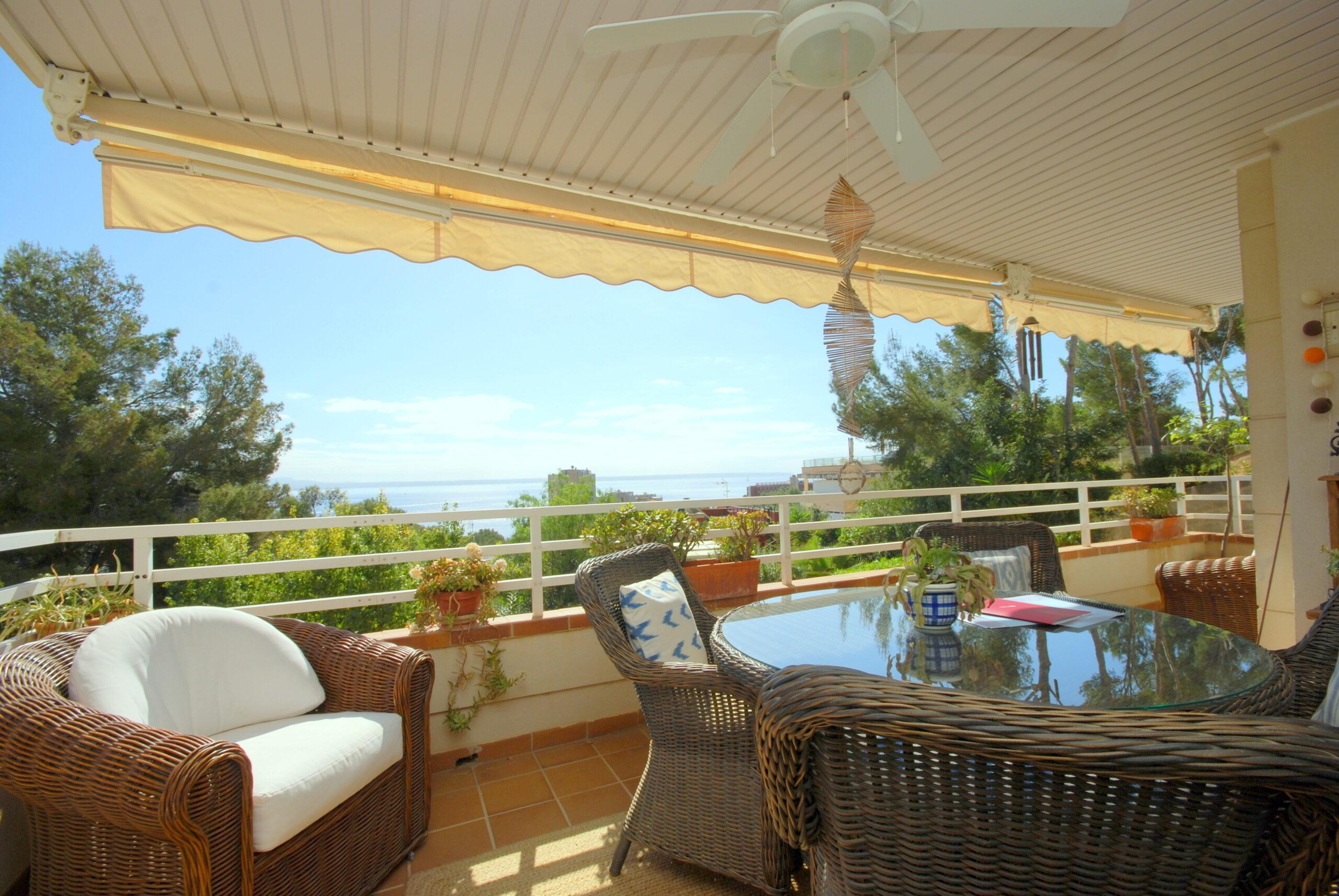 Piso amplio y luminoso ubicado en la zona residencial de Cas Catala Nou, con excelentes vistas al mar