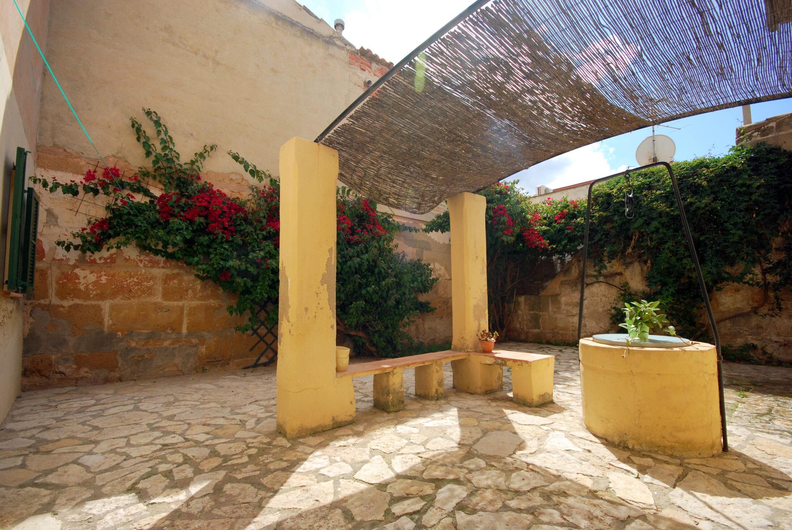 Encantadora casa en el centro del pueblo de Andratx. Muy luminosa , con un precioso patio o jardín central característico en las antiguas casas de pueblo mallorquinas
